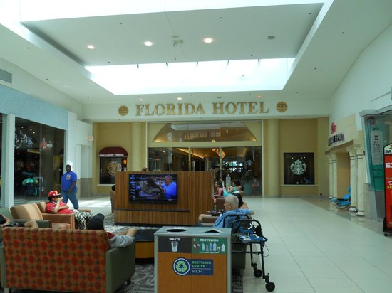 The Florida Hotel and Conference Center: A´rea de descanso entre el Hotel y el Florida Mall