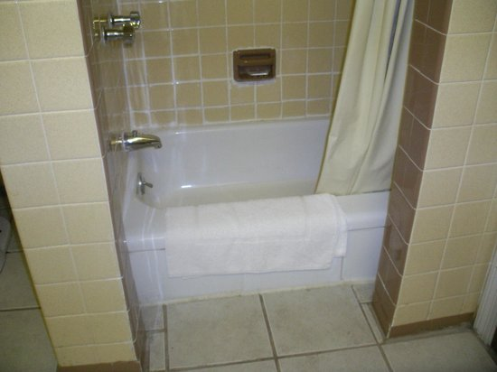 Chateau Motor Lodge: Our 42 inch shower/tub