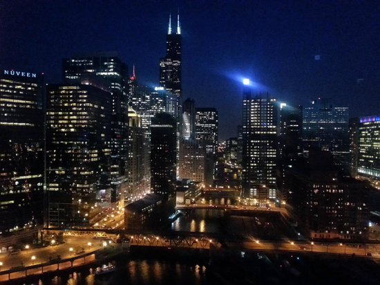 Room view at night picture of holiday inn chicago mart for Hotels up north chicago