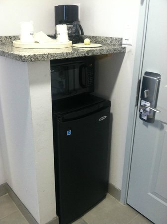 Comfort Inn Williamsburg Gateway: Mini-fridge, microwave and coffee maker... directly beside the door