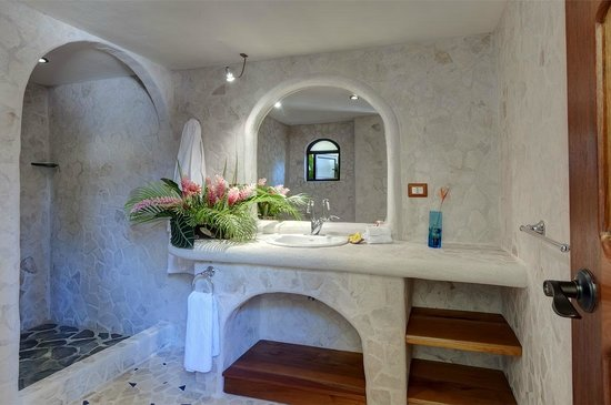 Kalapiti Luxury Jungle Suites: POOL BATHROOM