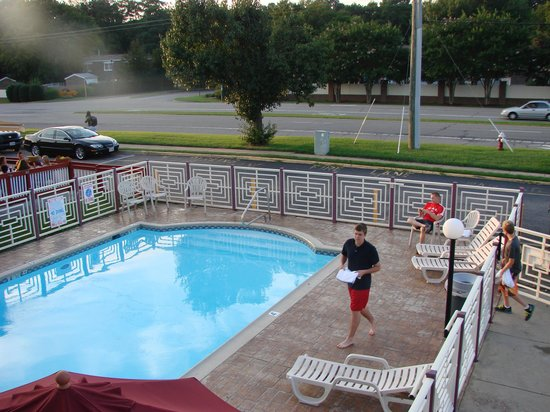 Quality Inn Little Creek: You can see diners on the patio of the adjacent Mexican restaurant.