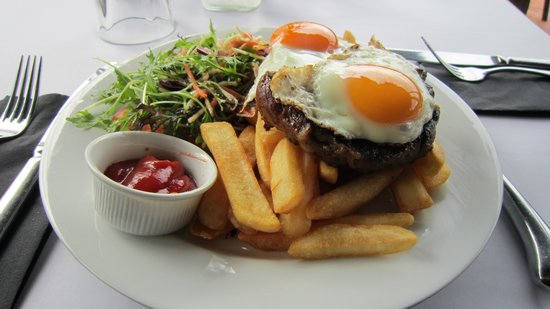 Lake Hawea Hotel: Juicy steak with 2 eggs can not be wrong