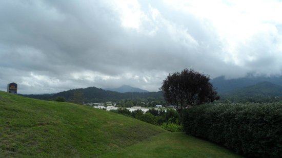 BEST WESTERN Smoky Mountain Inn: View from the parking lot looking toward town