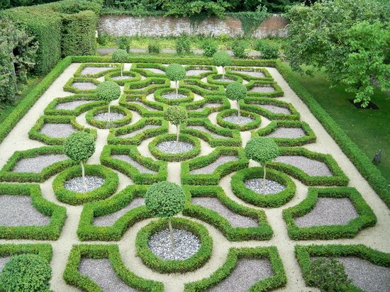 Knot garden picture of moseley old hall wolverhampton for Knot garden designs herbs