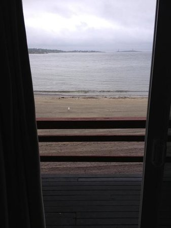 Cape Ann Motor Inn: Looking out our room to the deck, beach and ocean.