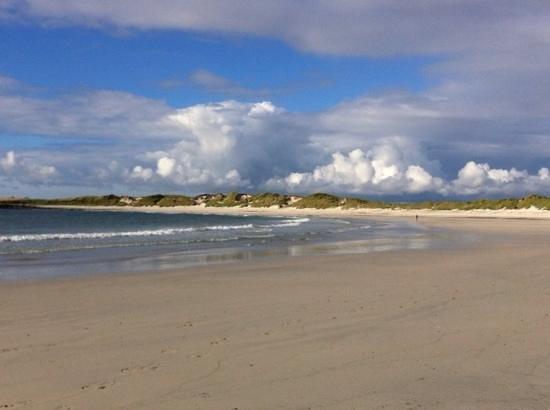 Ceann na Pairc Guest House: beautiful beach just across the road from the guest house