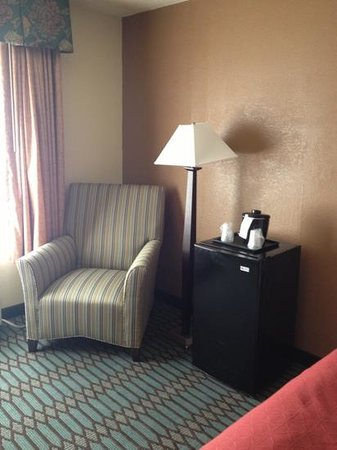 Country Inn & Suites By Carlson, Asheville Downtown Tunnel Road (Biltmore Estate), NC: Sitting area with mini fridge in normal room