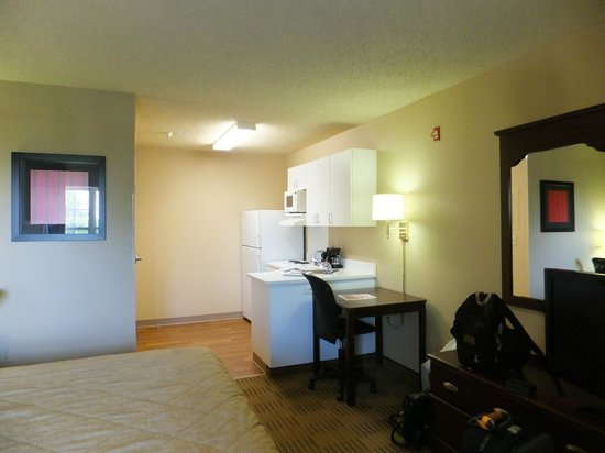 Extended Stay America - Sacramento - Arden Way: Kitchenette with fridge, microwave & coffee facilites