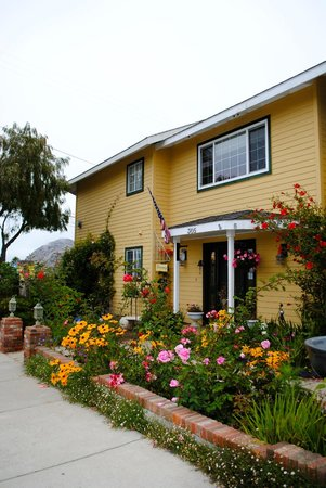 Marina Street Inn Bed and Breakfast: Front of the Inn with Morro Rock in the view.