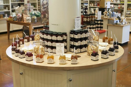 Stonewall Kitchen : Stonewall Kitchen: Lots of sampling in our store!