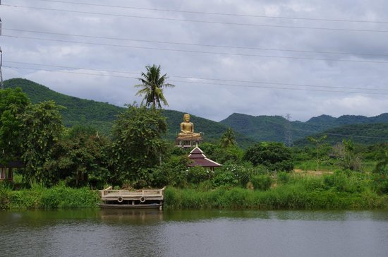 Another golden Buddha across the small lake - Foto van Huay Mongkol Temple, H...