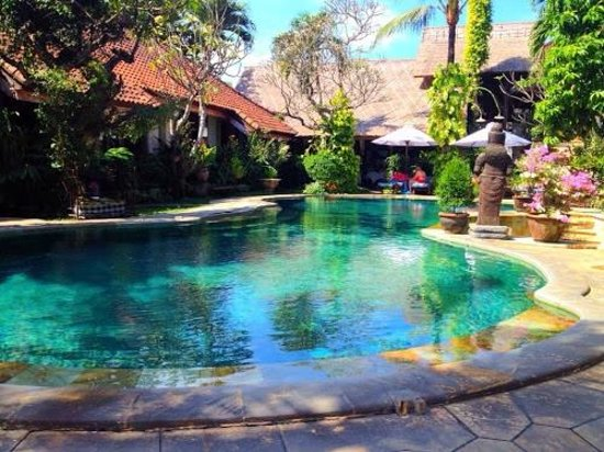 Tamukami Hotel: beautiful pool was always the perfect temperature. always enough sun and shade around the pool