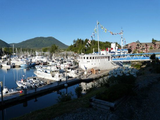 Canadian Princess Fishing Lodge & Marine Adventures: The big ship is the dining room