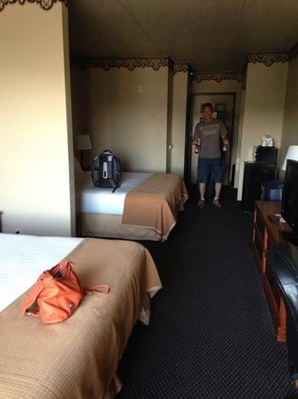 Howard Johnson Inn & Suites: large and clean room