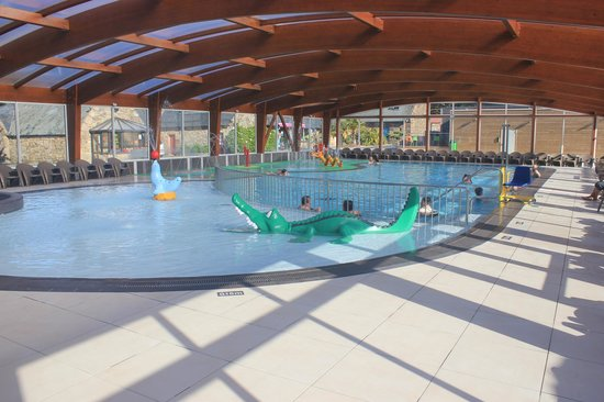 Piscine couverte photo de yelloh village le ranolien for Camping perros guirec piscine