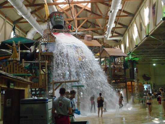 Great wolf lodge photo bucket dumps 1000 gallons of water every 5