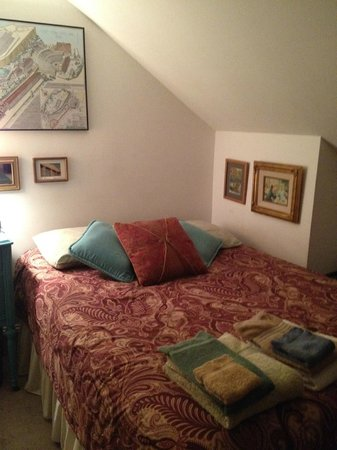 Aunt Beas Little White House B&B: Standard Double Bed Private