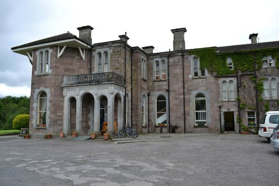 Killarney International Youth Hostel: Sight from parking lot