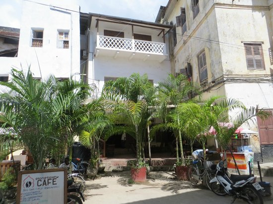 Stone Town Cafe and Bed & Breakfast: Vue de la rue du B&B