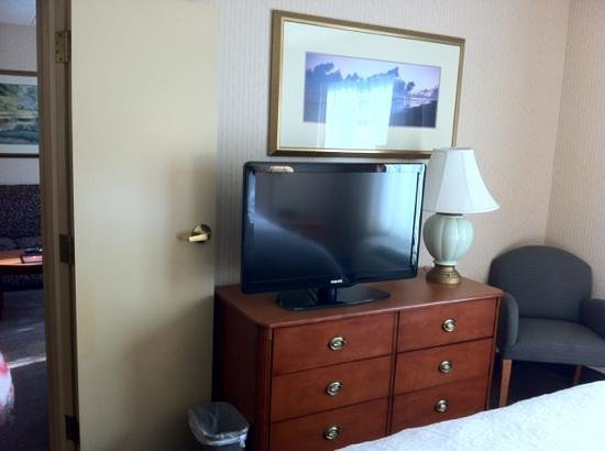Hampton Inn & Suites Annapolis: master bedroom flat screen
