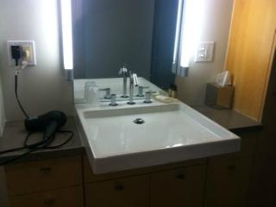 hotelVetro: studio suites & convention center: Small counters - Giant sink