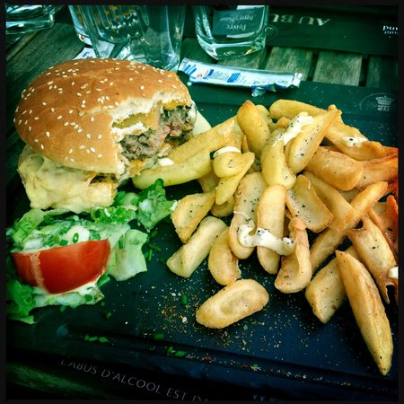 goats cheese burger and nice chips salad picture of au. Black Bedroom Furniture Sets. Home Design Ideas