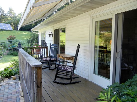 Meadow Gardens Bed and Breakfast: Porch off the Paris rom