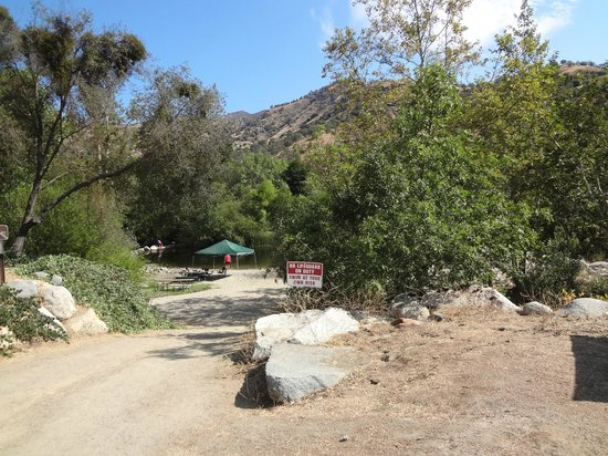 Three Rivers Hideaway: trail down to the pond