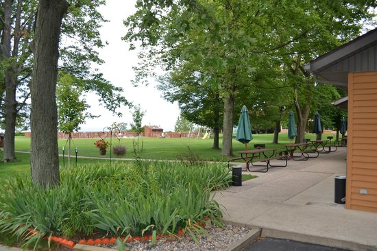 Lake Bluff Inn and Suites: View of grounds in front of room 15 that face Lake Michigan