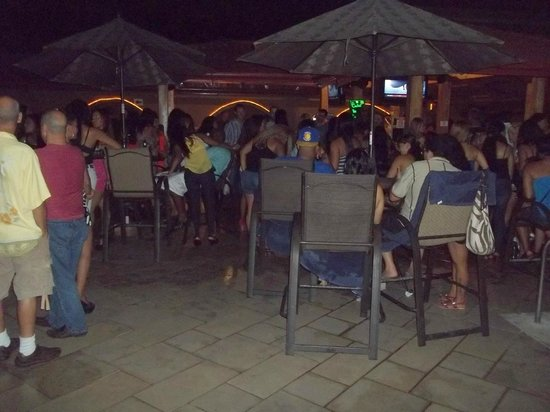 Hotel Cocal & Casino: Night time around the pool