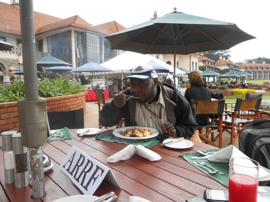 Windsor Golf Hotel and Country Club: Enjoying lunch at the terrace adjacent to the lawns.