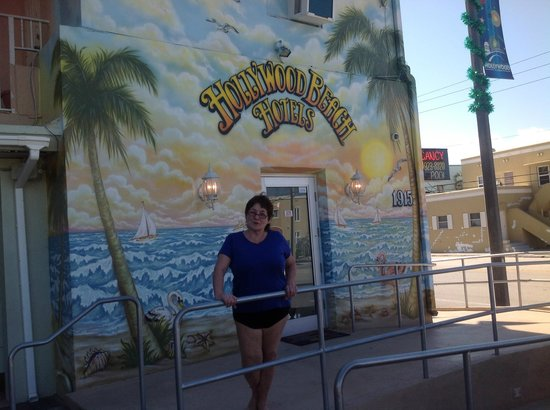 Hollywood Beach Hotels: loved the mural