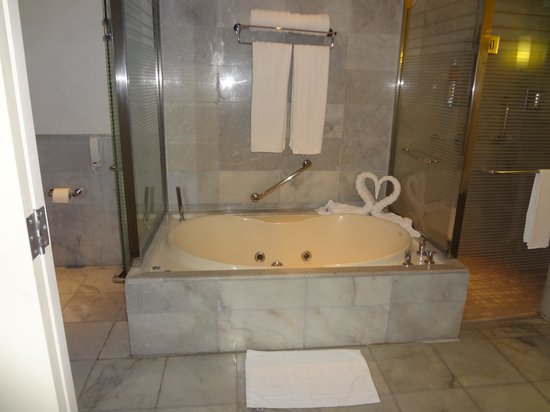 GREAT bathrooms!!! - Picture of Iberostar Grand Rose Hall, Rose