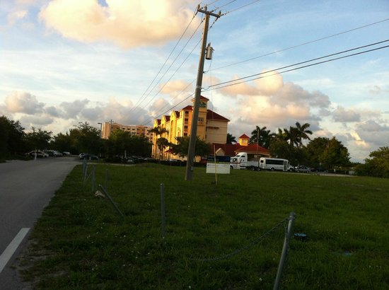 La Quinta Inn & Suites Ft. Lauderdale Airport: located off main road - street view