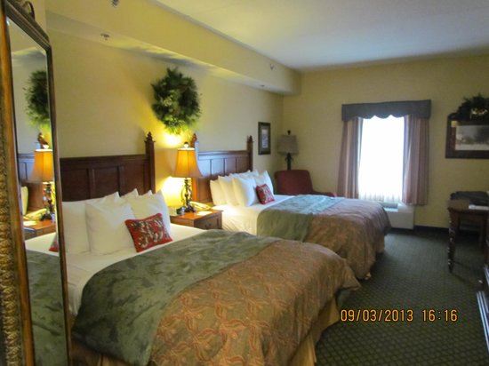 Room With 2 Queen Beds Picture Of The Inn At Christmas Place Pigeon Forge