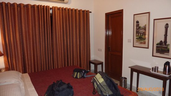Saubhag Bed and Breakfast: Kingsize bed