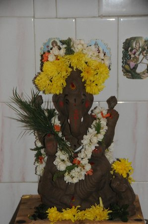 Mysore Bed and Breakfast: Ganesh and Gowrie are installed int he pooja room.