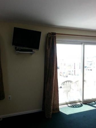 Palm Villa Suites Hotel: Flat screen TV and balcony view