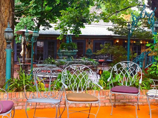 La Caille: numerous seating areas