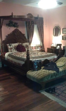 Hall Place Bed & Breakfast: Feel like royalty!