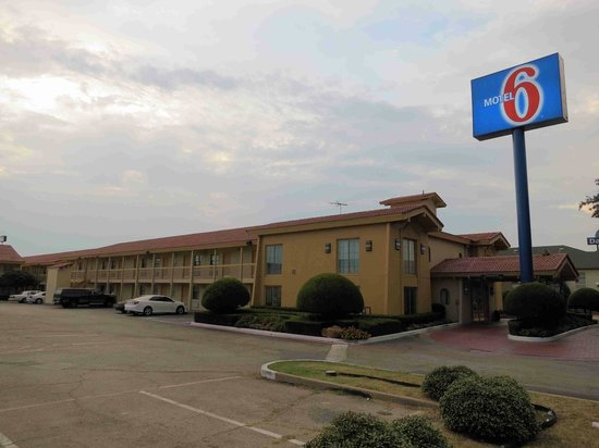 Motel 6 Dallas - Farmers Branch: Front is nice, room area not so much