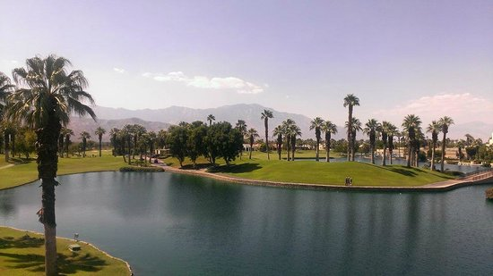 Desert Springs JW Marriott Resort & Spa: Daytime view of the lagoon, and Mount San Jacinto
