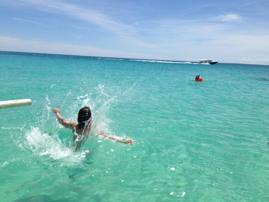 Spider House Resort: jumping into water from outrigger