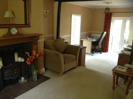 Birling House B & B: Guest Lounge and Study Area