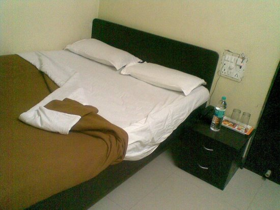 Sai Residency Hotel: Bed with dirty linen, the Bedsheet was in 2 pcs