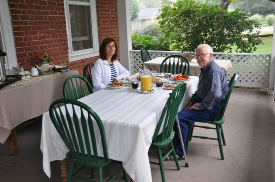 The James Wylie House: Front porch breakfast with Monica's father