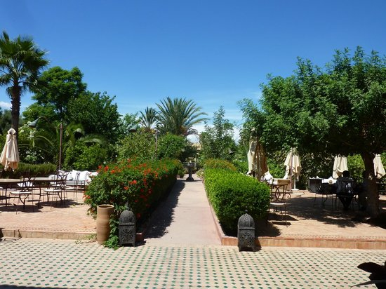 Hotel Dar Zitoune: Hotel Gardens and outdoor dining area