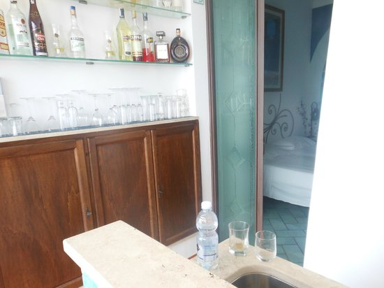 Hotel La Ninfa: Rooms are very close to noisy bartenders with no privacy