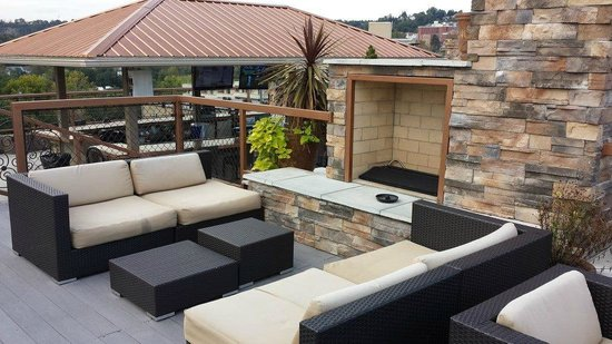 The Chestnut Boutique Hotel: The upper level of the rooftop deck has a nice conversation area with fireplace.